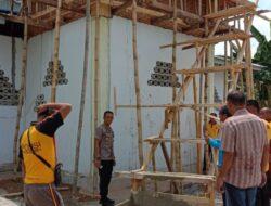Kapolres Luwu Utara Bersama Masyarakat Desa Pandak Melaksanakan Giat Gotong Royong