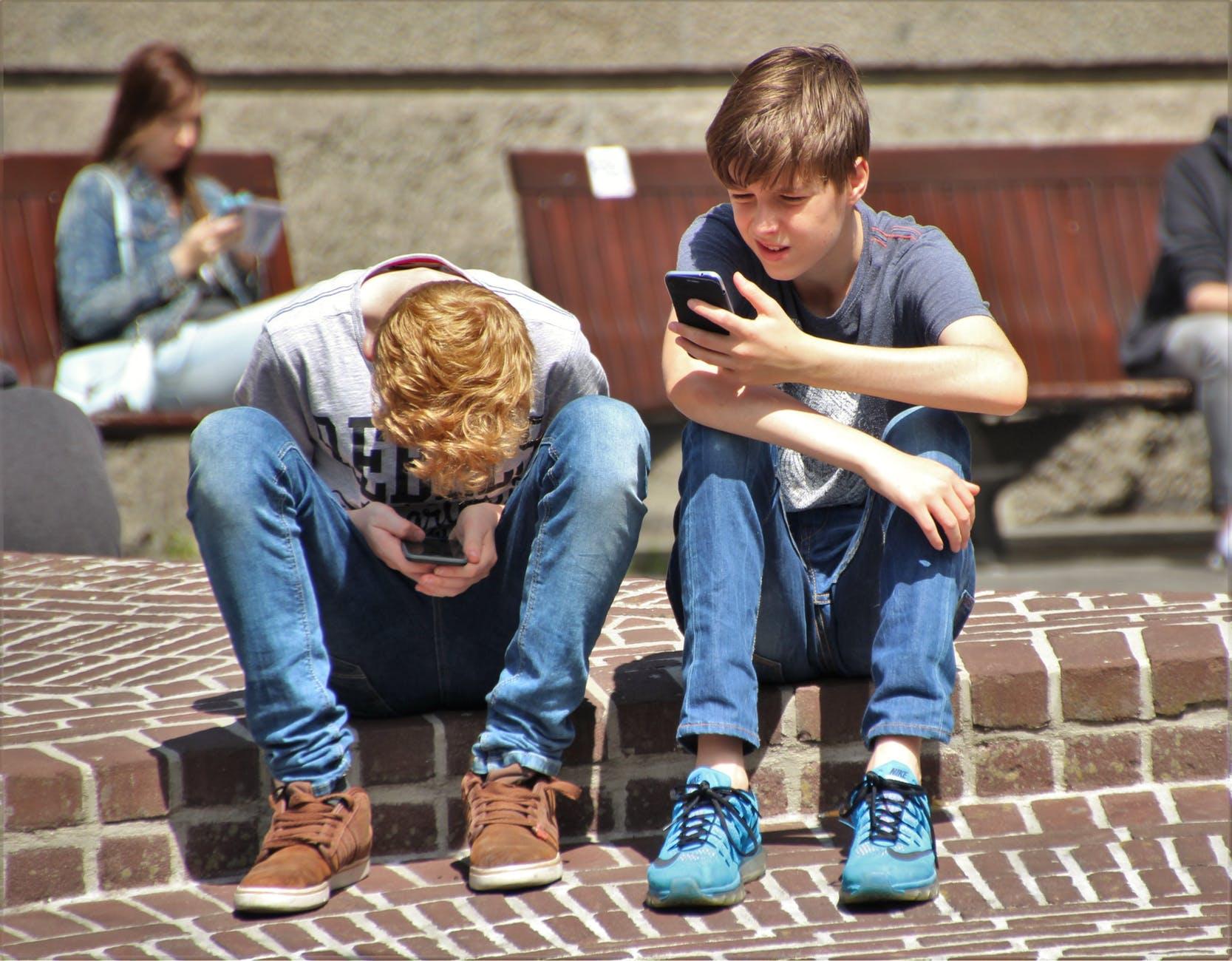 Ilustrasi: Anak bermain gadget