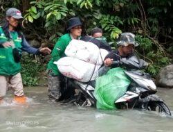 Perjuangan Relawan Wahdah, Sebrangi Sungai Bawa Bantuan ke Puncak Ulumanda
