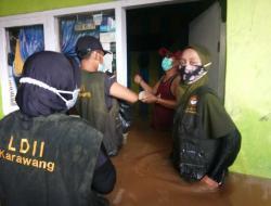 LDII Karawang Bantu Evakuasi Korban Banjir ke Pengungsian